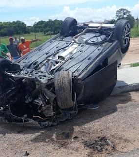 Carro capota na BR-230 e motor é arremessado a 80 metros do veículo, na Paraíba