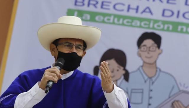 Presidente Martín Vizcarra entrega tablets a estudiantes y maestros en Cajamarca.