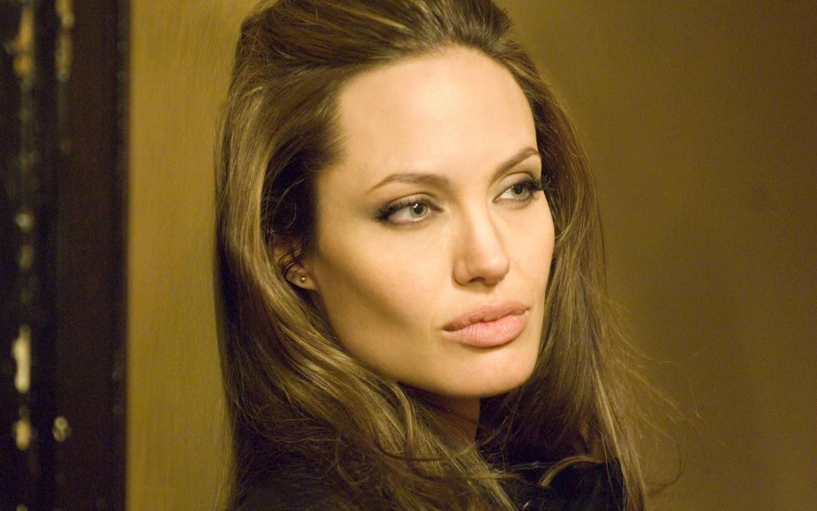 Angelina Jolie: Angelina Jolie Hot Desktop Wallpaper