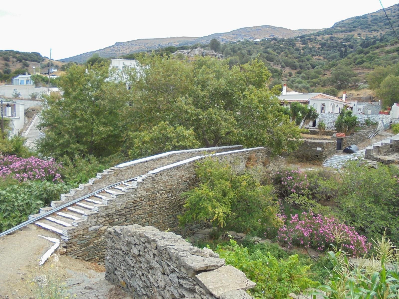 το πέτρινο γεφύρι στην Αλαδινού Άνδρου