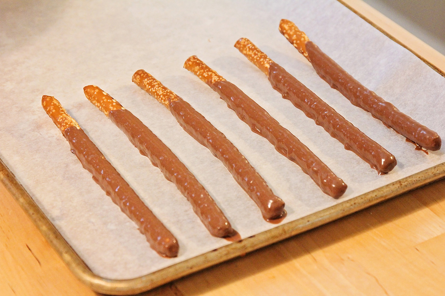 These edible wizard wands are so simple to make, and perfect for a Harry Potter party!