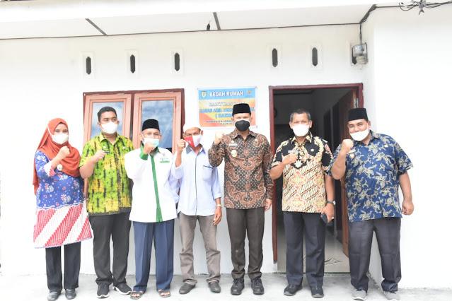 Pemkab Bersama Baznas Kabupaten Sergai Berkolaborasi Melakukan Program Bedah Rumah