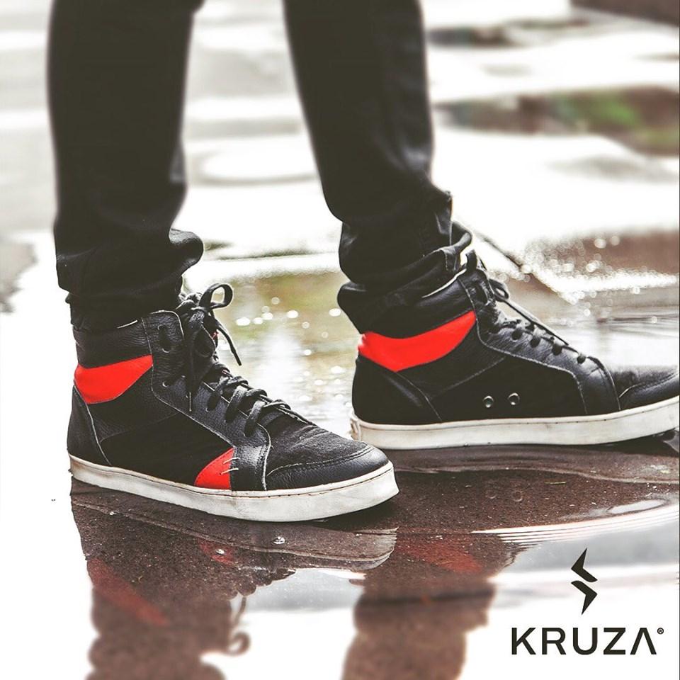 Modelo Sodax negro con rojo de Kruza zapatillas sustentables chilenas