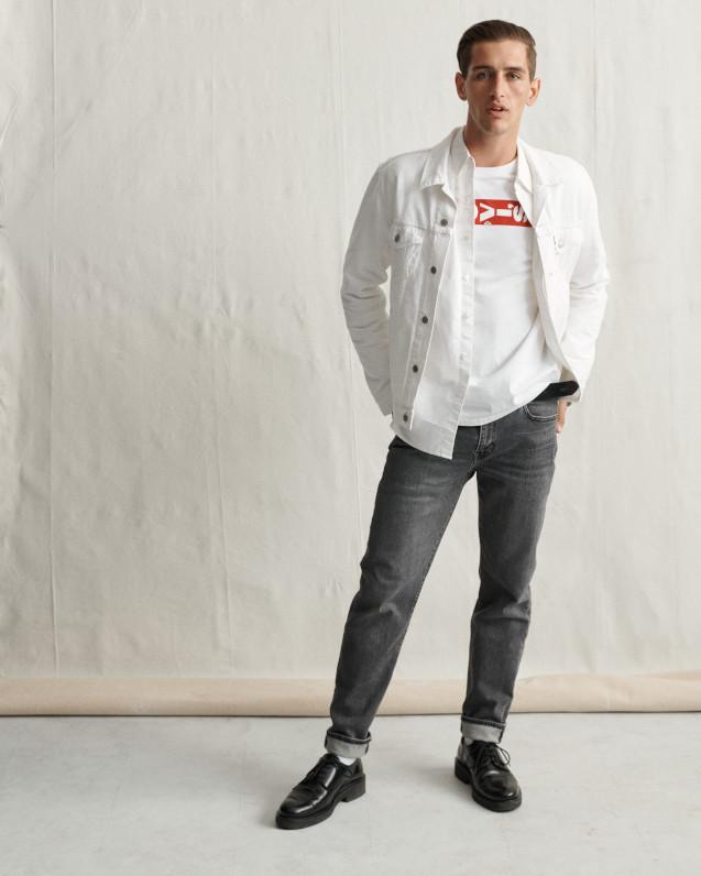 man wearing blue levi jeans