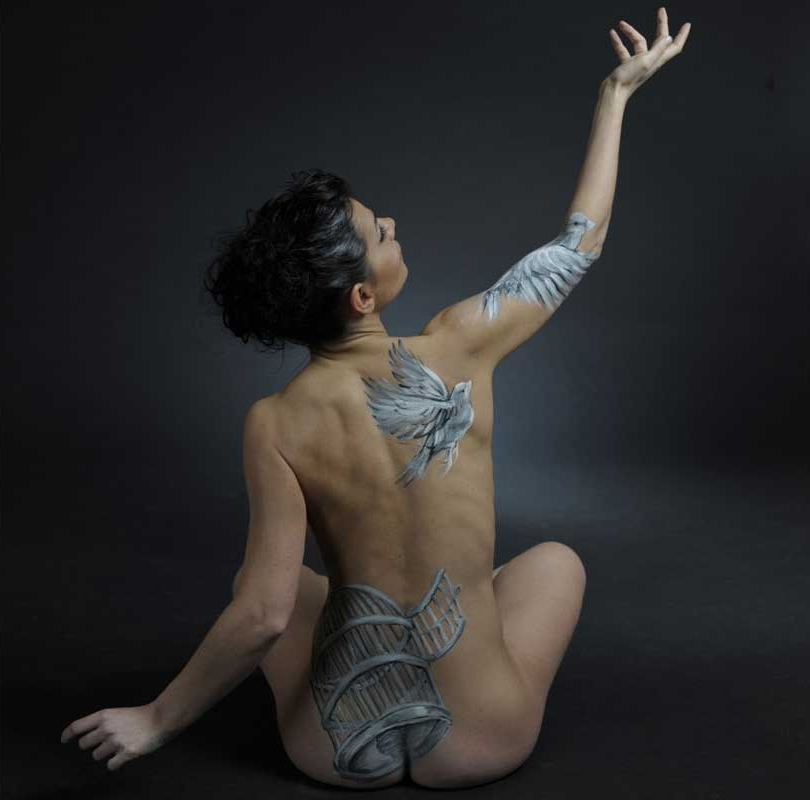 04-Freedom-Emma-Fay-Body-Painting-with-Human-Canvasses-www-designstack-co