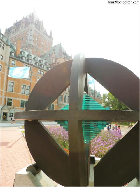 Monumento de la UNESCO junto al Castillo Frontenac en Quebec