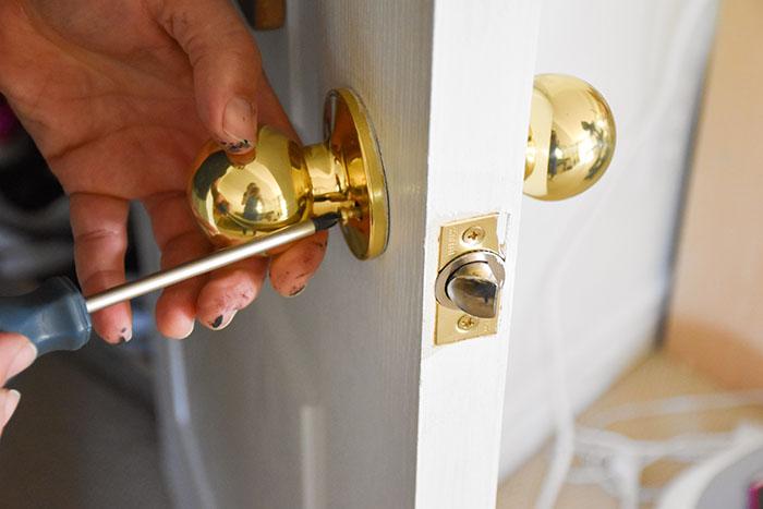 removing doorknob from interior door for painting