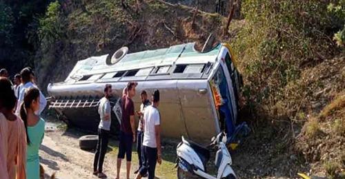 कांगड़ा में एचआरटीसी बस दुर्घटनाग्रस्त, महिला की मौत, दर्जनों घायल