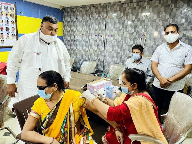 कांग्रेसी नेता लखन सिंगला के कार्यालय पर लगा वैक्सीनेश कैंप, 143 लोगों को लगा टीका