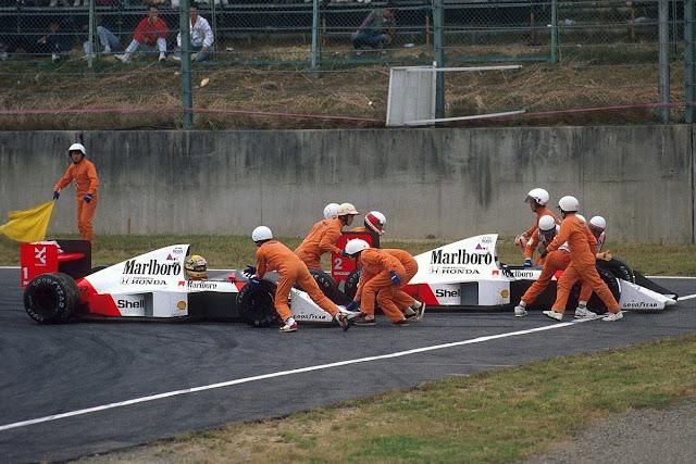 Fiscais empurram carro de Senna após batida com Prost em 1989 Suzuka