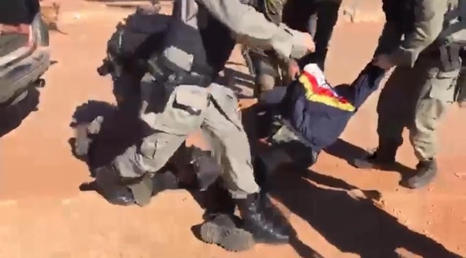 Vídeo: Veja o momento exato que policiais transportam corpo de Lázaro em Goiás