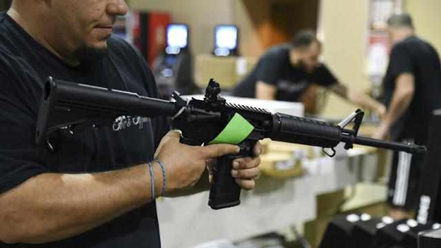 """""""Sería costoso cancelarla"""": Florida celebra una feria de armas tres días después de la masacre"""