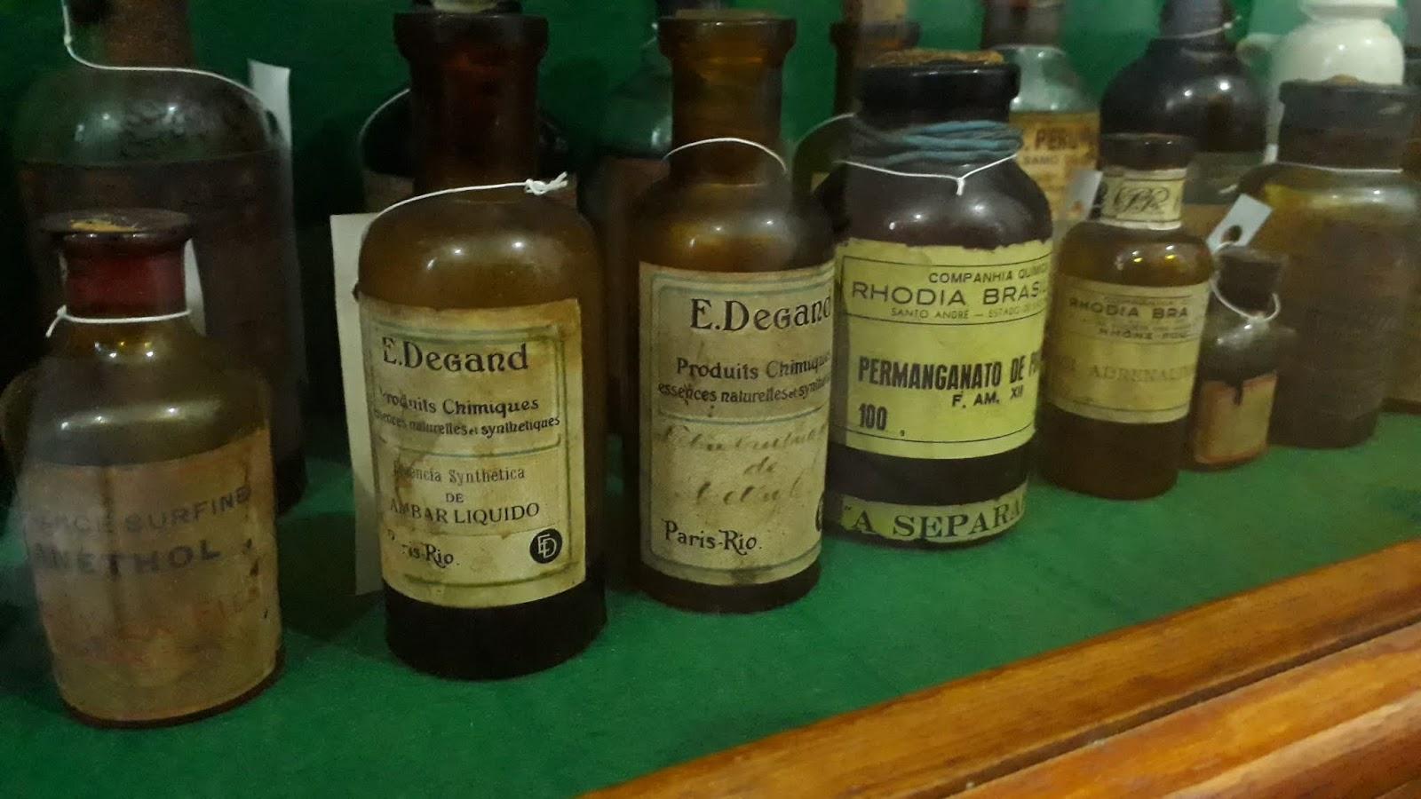 Potes com matéria prima - Museu da farmácia UFOP