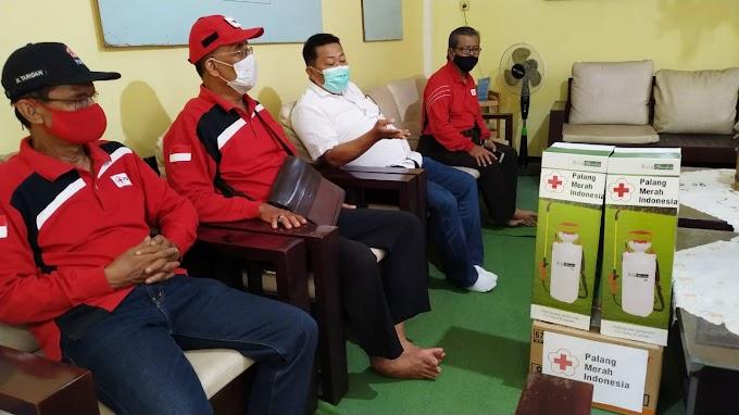 PMI Jember  Bantu Pondo Pesantren (Pompes) dan Yayasan Jember , Sprayer Dan Karton Cairan Disenfektan Ciptakan Kemandirian Pompes Dalam Mencegah Penyebaran Covid-19.
