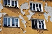 Vakolat hullott egy épületről Karcagon, a Táncsics Mihály körúton