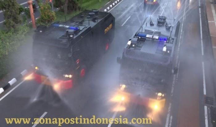 Polda Jatim Semprot Cairan Disinfektan di Sejumlah Jalan Protokol di Surabaya
