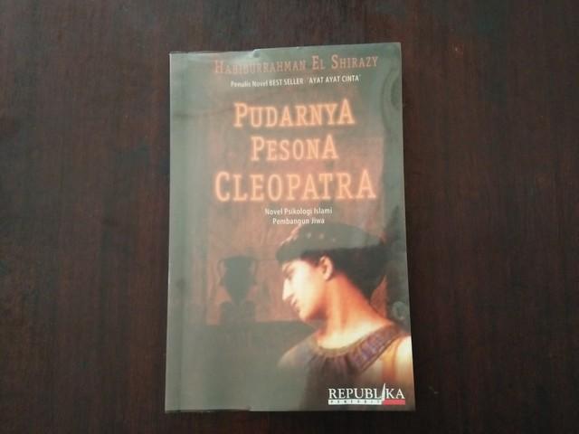 "Resensi Buku ""Pudarnya Pesona Cleopatra"""