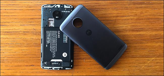 هاتف Android مع غطاء البطارية إزالته.