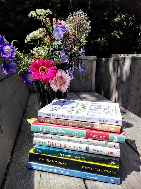 Stapel boeken in de tuin, waarover deze blog gaat.