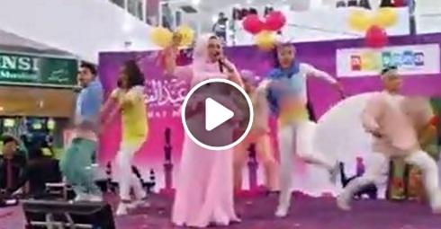 "(VIDEO) Dato Seri Vida Menyanyi Lagu ""I Am Me"" Secara Live"