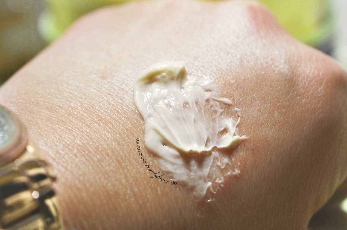 Plum & Cinnamon Body Cream Swatch Product Handrücken