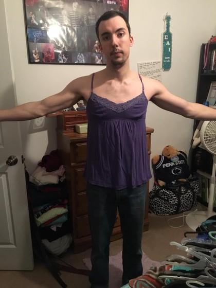 Pakai Baju Wanita Berukuran XL, Pria Ini Populer di Internet