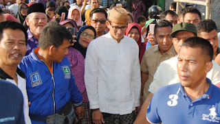 """Sandiaga Uno """"dikawal"""" warga saat tiba di Desa Penganjang, Kecamatan Sindang, kemarin. Di desa itu, ibunda Sandi, Rachimini Rachman (Mien Uno) dilahirkan"""