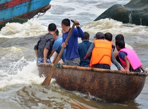 Tàu gặp nạn ở cửa biển Mỹ Á ngư dân hoảng loạn kêu cứu