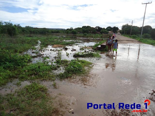Após chuvas, barragem Lauro Cordeiro tem sua sangria em Pedro II