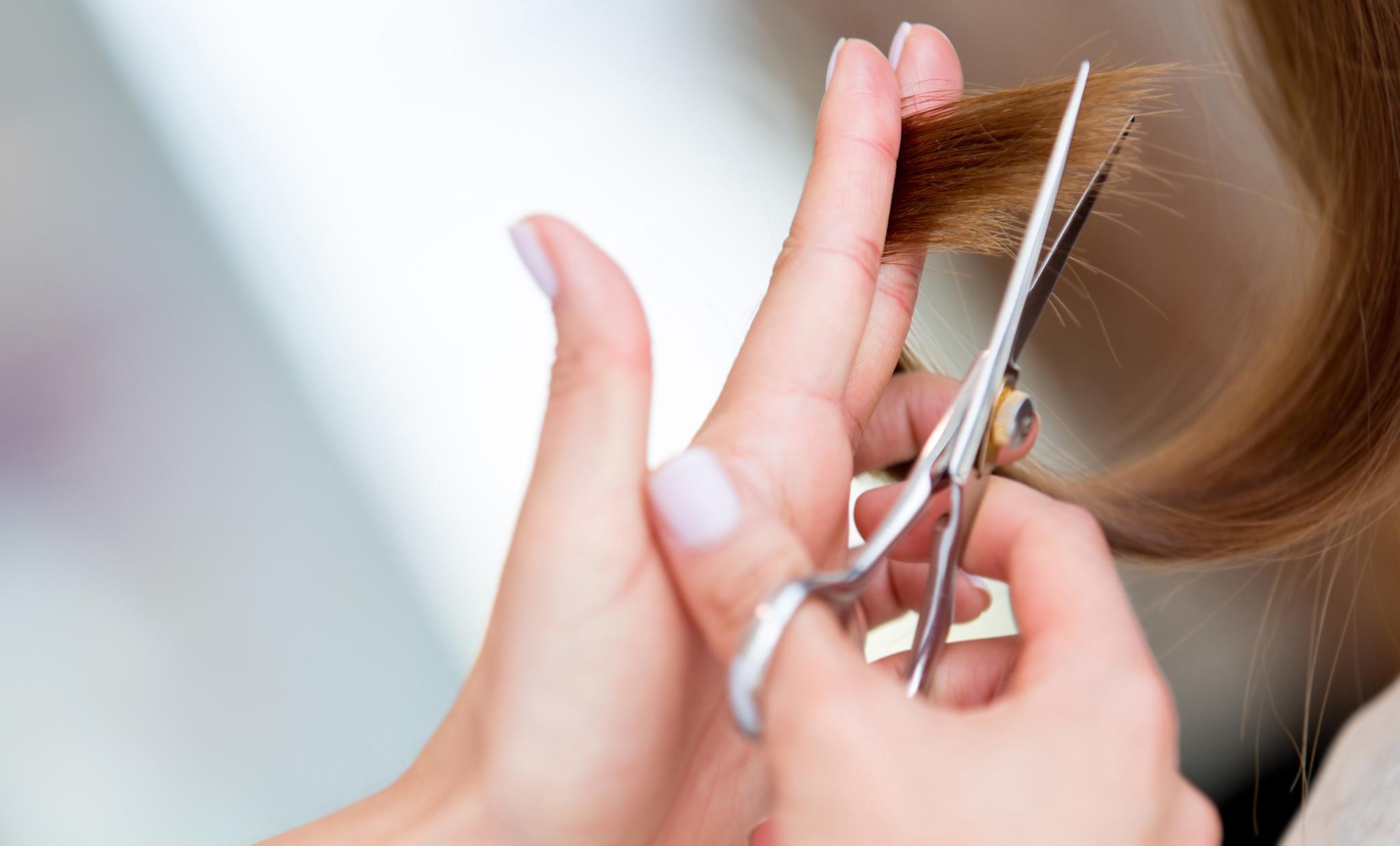 فوائد قص الشعر ونصائح تساعد في تقوية الشعر
