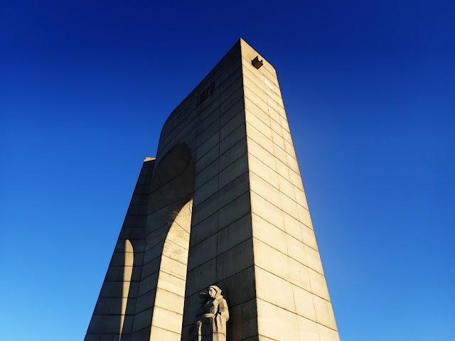 Pomnik nieopodal przełęczy Beklemeto