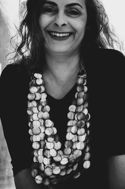 Mulher em foto preto e branco usando colar upcycling