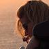 Η Μυρτώ απολαμβάνει το ηλιοβασίλεμα στη Μύκονο