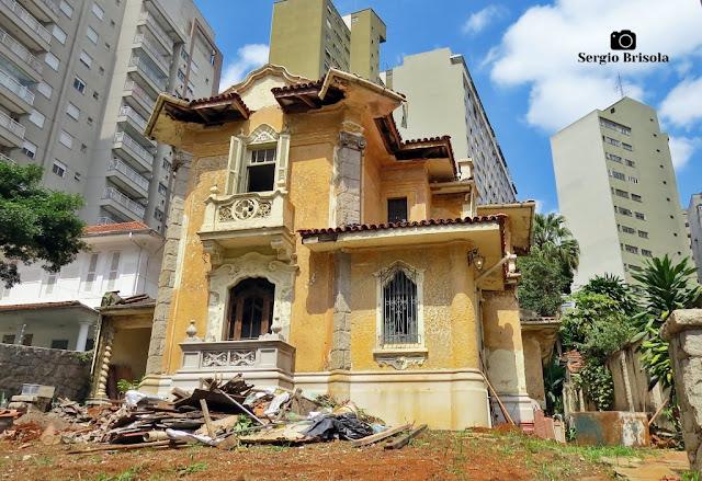 Vista ampla do belo casarão Tombado em processo de restauro na Bela Vista - São Paulo
