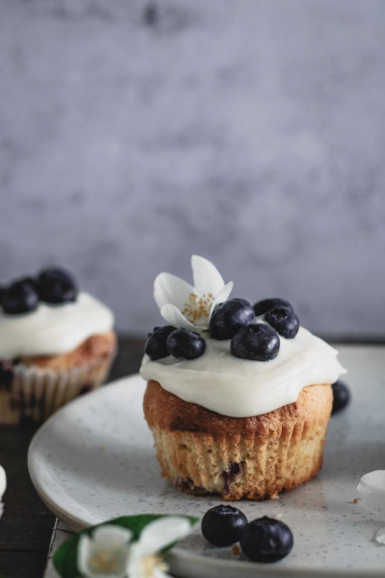Ein Blaubeer-Cupcake mit Buttercreme-Frosting