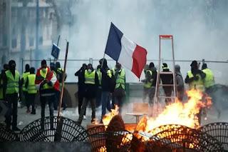 Massa 'Rompi Kuning' terlibat demo memprotes kenaikan harga BBM di Prancis, Sabtu (8/12/2018). Foto/REUTERS/