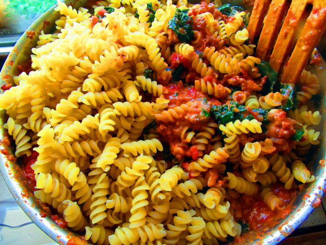 Fusilli alla vodka by Laka kuharica: add dried fusilli to the pot and toss to coat.