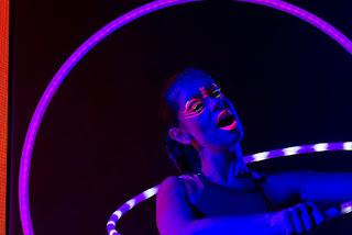 Artista Bambolê led de Humor e Circo durante apresentação de encerramento da comvenção Celgene Xperience no Villagio JK, São Paulo.