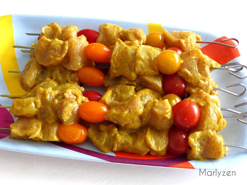 Confectionnez les brochettes de poulet mariné.