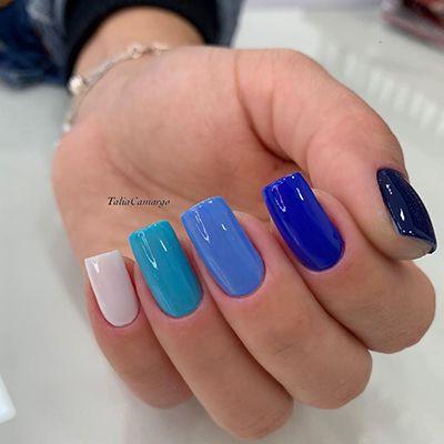 unhas com esmalte azul em degradê