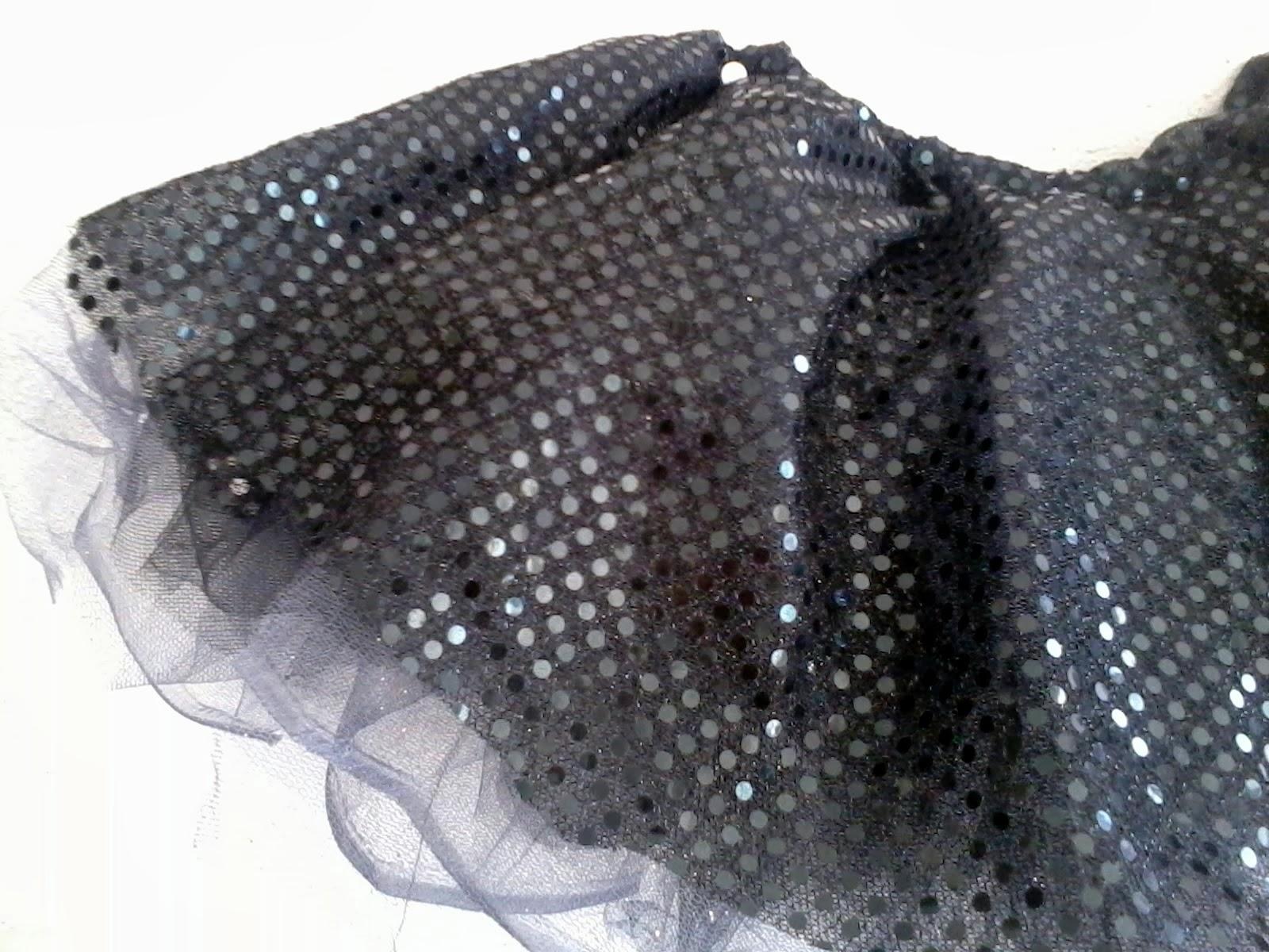 5e48766e38 Comenzare con la falda. En realidad son dos faldas en una  una falda tutu  hecha con tul y una falda de tela brillosa de esa que asemeja pequeñas  lentejuelas ...
