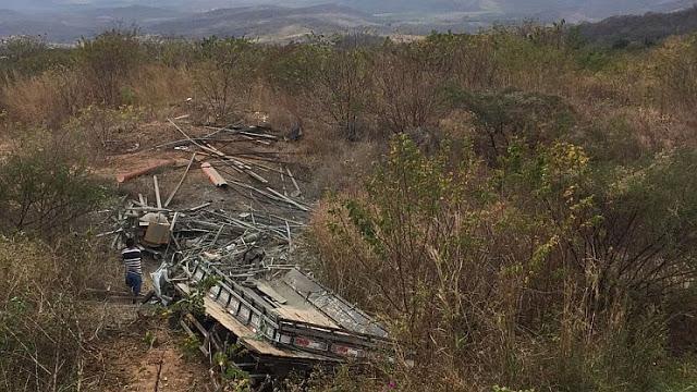 """MOTORISTA MORRE APÓS CAMINHÃO TOMBAR NA """"CURVA DA MORTE"""" EM IPUEIRAS"""