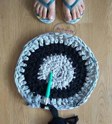 Szydełkowany dywan z włóczki DIY ze starych ubrań - Adzik tworzy