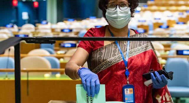 Una delegada deposita los votos de su país en las elecciones para miembros del Consejo de Seguridad y del Consejo Económico y Social, así como del presidente de la Asamblea General. ONU/Eskinder Debebe