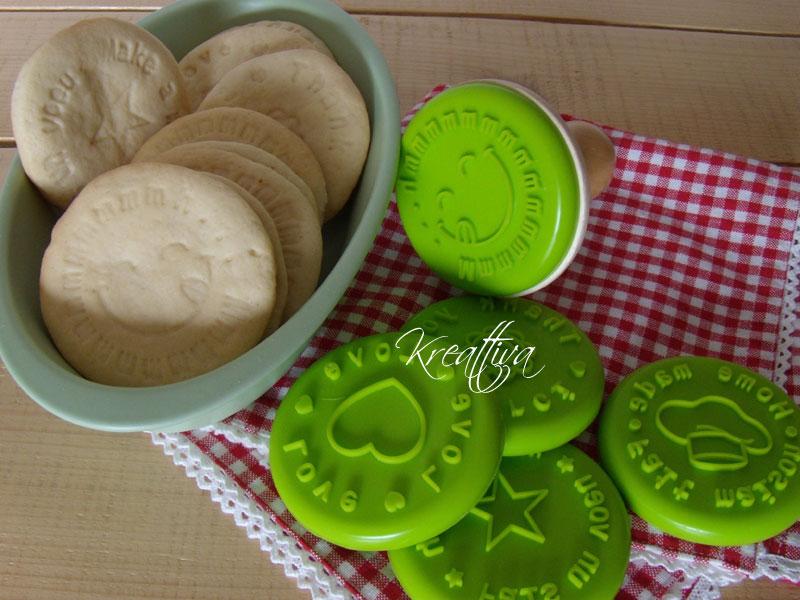 biscotti al rhum con dei timbri di gomma