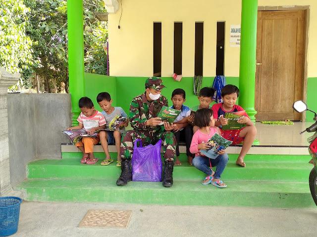 Kodim Sragen - Tumbuhkan minat baca anak Baleharjo, Satgas TMMD Reg 108 Kodim Sragen bagikan majalah gema Diponegoro