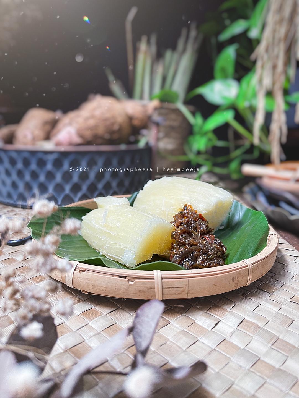 Ubi kayu rebus cicah sambal tumis ikan bilis belimbing buluh