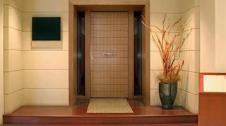 Γνωρίζετε γιατί οι πόρτες ανοίγουν προς μέσα;
