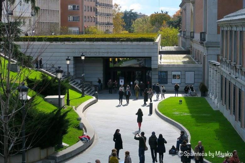 ヘロニモ教会に面するプラド美術館のヘロニモ門入口