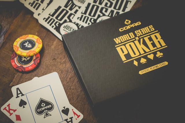 Baralho Copag e Fichas de Poker da Real Poker sobre a mesa